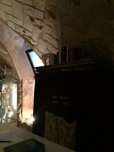 There is one synagogue discovered in the quarter, called the Sinagoga Major it was probably built as early as the 4th century CE. It was uncovered in 1987.
